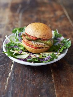 Tofu Burger With Rainbow Salad, Jamie Oliver Tofu Burger, Veggie Burgers, Beef Burgers, Hamburger Au Tofu, Hamburger Recipes, Vegetable Recipes, Vegetarian Recipes, Delicious Recipes, Vegetarian Barbecue