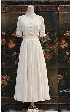 Weißes Kleid mit Knöpfen, langes # weißes # Kleid … White dress with buttons, long # white # dress … # buttons # long Vintage Outfits, Robes Vintage, Dress Vintage, Vintage White Dresses, Vintage Tea, White Long Dresses, Sparkly Dresses, Vintage Fashion, Victorian Dresses