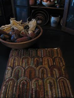 Bits 'n Pieces from Jan Goos: Leather Books Wooly Bully, Rug Hooking Patterns, Geometric Rug, Geometric Designs, Rug Inspiration, Hand Hooked Rugs, Penny Rugs, Leather Books, Wool Applique
