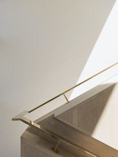 Recessed to Exposed Handrail Transition Herne Bay Hideaway, Auckland, New Zealand By: Lloyd Hartley Architects Architecture Details, Interior Architecture, Timber Slats, Stair Handrail, Railings, Interior Stairs, Minimalist Photography, Stairway To Heaven, Staircase Design