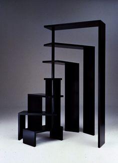 Policový systém JOY, 1990. Možnost skládání od 74cm až po 190cm. Rafinovaný design, který lze využít jako knihovnu, předěl pokoje nebo stolek. Design: Achille Castiglioni. Výroba: Zanotta.