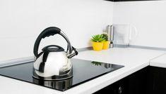 Υπάρχει ένα υλικό που ήδη έχετε στην κουζίνα σας και θα σας βοηθήσει να καθαρίσετε αποτελεσματικά την κεραμική σας εστία. Housekeeping Tips, Cleaners Homemade, Kettle, Household, Kitchen Appliances, Cleaning, The Originals, Cool Stuff, Home Decor