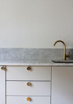 benkeplaten og sprutelisten i marmor fra Diapol.no.