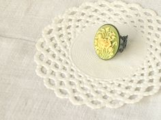 """Delicacy"", Flower Cameo ring, cream white and olive green by PetiteFraise, €8.00 #etsy #handmade #jewelry #vintage #retro #cameo #ring #flower"