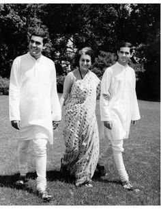 Indira Gandhi with her two sons, Rajiv and Sanjay. Indian Hat, Royal Indian, Indira Gandhi, History Of India, Women In History, Historical Quotes, Historical Pictures, Rare Pictures, Rare Photos