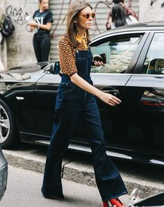 look-camisa-estampada-jardineira-jeans-scarpin