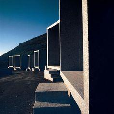 En una ladera del cabo Fisterra se encuentra uno de los camposantos más premiados del mundo por su diseño, de César Portela. Pero allí no quiere enterrarse ningún parroquiano