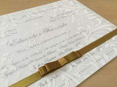 Convite personalizado de casamento com papel vegetal e laço em dourado. Romântico e diferente para noivos que buscam novidades.