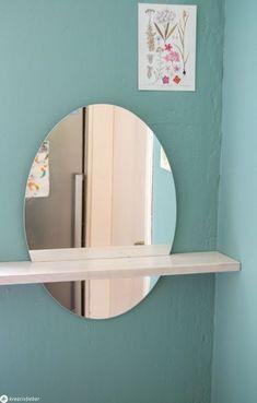 DIY Möbel Idee: Wandspiegel mit Abstellfläche - Spiegel mit Abstellfläche bzw. kleiner Ablage - unsere DIY Anleitung  zeigt euch, wie ihr einen Spiegel in einem Brett versenken könnt für  einen DIY Designerspiegel. #spiegel #möbelselbermachen #möbeldiy  #diymöbel Spiegel Design, Mirror, Furniture, German, Home Decor, Oval Mirror, Wooden Platters, Simple Diy, Deutsch