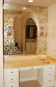 Modern mirror designs are becoming more and more creative and distinctive, partly due to new technologies and partially because homeowners are searching for something distinctive. Mirrors Unusual, Cool Mirrors, Antique Mirror Glass, Antiqued Mirror, Mirror Mirror, Spiegel Design, Distressed Mirror, Brown Bathroom, Crystals