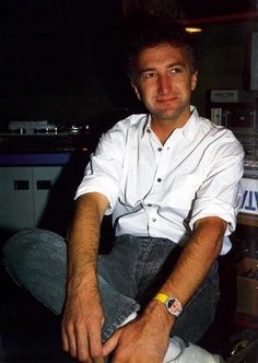 A Favorite Queen member, John Deacon wearing a crown.of roses. Love John as much as Freddie Mercury. Brian May, John Deacon, Save The Queen, I Am A Queen, Queen Ii, Princes Of The Universe, Queen Photos, Queen Pictures, A Kind Of Magic
