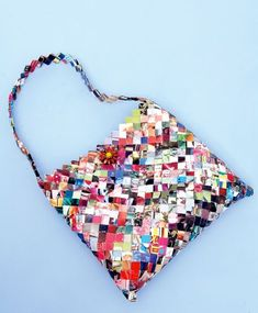 Maak je eigen tas van oude magazines. = 30 Cool Things to Make With Old Magazines | StyleCaster