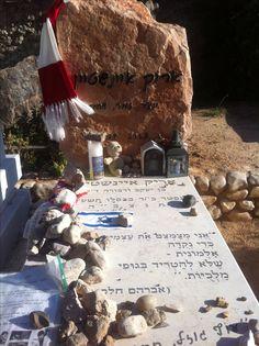 Arik Einstein's grave in the Trumpeldor Cemetery