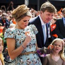 AMSTELVEEN - De koning, koningin en hun familie hebben zaterdagmiddag een half uur later dan gepland het Stadsplein verlaten in Amstelveen. Daarmee is de allereerste Koningsdag voor de koninklijke familie aan het eind gekomen.