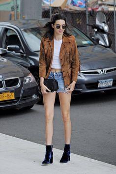 Kendall & Kylie Jenner style and news Kendall Jenner Outfits, Kendall Jenner Mode, Kris Jenner, Kendall And Kylie, Short En Jean, Short Jeans, Robert Kardashian, Kourtney Kardashian, Fashion Models