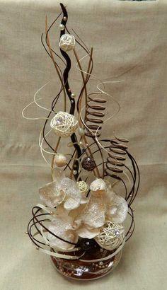 """Композиция """"Крем-брюле"""". Ваза НЛО, стекло, ветки натуральные, искусственные цветы, плетенные шары, сизаль, стразы, бусинки."""
