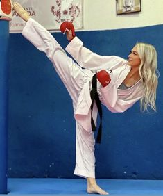 Female Martial Artists, Martial Arts Women, Roundhouse Kick, Karate Girl, Fitness Motivation Pictures, Women's Feet, Taekwondo, Kicks, Exercise