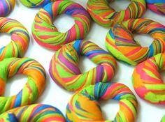 Rainbow Bagel - psicodélicos, feitos pela The Bagel Store em Nova York;