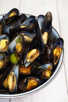 """Het lekkerste recept voor """"Mosselen met witte wijn en peterselie"""" vind je bij njam! Ontdek nu meer dan duizenden smakelijke njam!-recepten voor alledaags kookplezier!"""