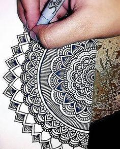 Pin by fanny on drawings doodle art, mandala art, mandala dr Easy Mandala Drawing, Mandala Doodle, Mandala Artwork, Simple Mandala, Henna Mandala, Doodle Doodle, Dibujos Zentangle Art, Zentangle Drawings, Zentangles
