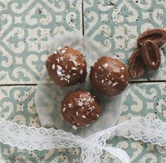 Brownie kugler med saltet karamel og salmiak, www.bydianawi.com