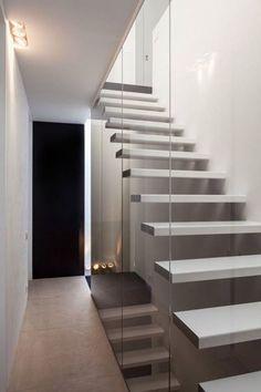 escalera con escalones volados y cristal