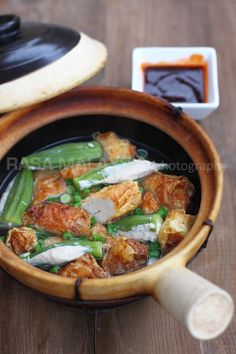 Clay Pot Yong Tau Foo (Yong Tow Foo) - Stuffed fish paste with okra, chili, egg plant, tofu, or tofu skin. Easy and delicious to make at home! New Chicken Recipes, Tofu Recipes, Vegetable Recipes, Seafood Recipes, Asian Recipes, Cooking Recipes, Healthy Recipes, Ethnic Recipes, Chinese Recipes