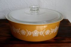 Vintage Pyrex Butterfly Gold Big Bertha 4 Quart by KitchyHousewife The big daddy I want to add to my collection. Vintage Kitchenware, Vintage Dishes, Vintage Pyrex, Vintage Antiques, Progressive Dinner, Big Bertha, Pyrex Bowls, Butterfly Gold, Kitchen Things