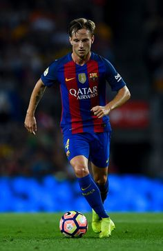 Ivan Rakitic of FC Barcelona runs with the ball during the La Liga match between FC Barcelona and Deportivo Alaves at Camp Nou stadium on September 10, 2016 in Barcelona, Catalonia.