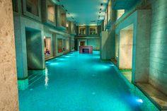 Ha egy közeli, ugyanakkor kalandokkal vagy éppen pihenéssel teli úti célt keresünk, akkor egész évben Szlovénia lehet a tökéletes választás. A hidegben a legjobb ötlet, hogy egy termálfürdőben fújjuk ki magunkat, és feltöltődjünk, miközben felfedezzük a gyógyvizek földjének szépségeit. Belgium Hotels, Travel Belgium, Spa Weekend, Lake Bled, Best Spa, Indoor Swimming Pools, Wellness Spa, Hotel Spa, Ayurveda