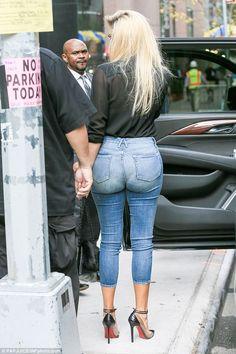 Khloe Kardashian Shows Off Huge Diamond Ring On Her Wedding Finger Khloe Kardashian Photos, Kardashian Jenner, Sexy Jeans, Jeans Style, Mom Jeans, Hot Girls, Celebrity Style, Women, Finger Band
