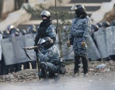 """From """"Kyiv -- The Morning After"""" story by Glenn Kates on Storify — http://storify.com/gkates/kyiv-the-morning-after Maxim Eristavi @Maxim Eristavi Follow Another photo of riot-police in Kyiv on """"safari"""", hunting down #Euromaidan rioters pic.twitter.com/4F2PGrYaIc via @ukie1958"""