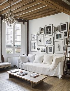 Salon-con-pared-de-fotografías