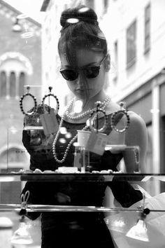Gyöngy etikett: ünnepélyes alkalmakra az úgynevezett matiné hosszúságú gyöngysort illik viselni, ennek hossza 60 cm.