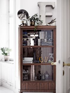 Kungsholmen apartment by Swedish Elle Interiör Mid Century Modern Bookcase, Style Cottage, Sweet Home, Black And White Interior, Black White, White Style, White Wood, Dark Wood, Interior Decorating