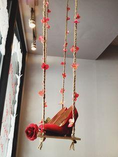 Una romantica altalena per delle scarpe adorabili. Una composizione sognate....