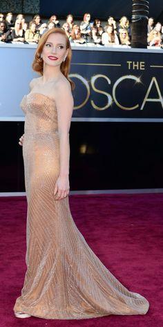 Aquí tenemos una imagen de Jessica Chastain, nominada a mejor actriz por su papel en 'La noche más oscura'. Jessica luce joyas de Harry Winston y zapatos de Jimmy Choo. Además de su palabra de honor, maquillaje de Armani Privé.
