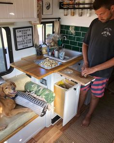Vanlife Advanture on This slide-out cutting board we added a few months ago has been one of the best hacks weve found for cooking in a tiny kitchen Tommys Bus Life, Camper Life, Interior Design Software, Modern Interior Design, Caravelle T5, Kombi Motorhome, Tiny Loft, Vw Lt, Van Home