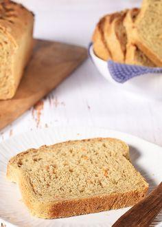 Gulrotbrød har en fin farge fra gulrøttene og blir et saftig brød som holder seg ferskere lenger. Brødt er halvgrovt og er bakt uten hele frø og melk – se oppskriften!