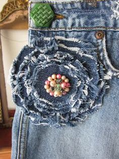 Apply this denim flower to necklace, wrist cuff, drawstring bag, blouse/jacket or hat.Denim flower easy cool idea you could make it a pin and wear on different stuff MaisDenim flower to cover hole in jeansdenim flower denim upcycle with broochRecycle - re Denim Flowers, Cloth Flowers, Fabric Flowers, Little Presents, Fabric Brooch, Jean Crafts, Denim Ideas, Recycle Jeans, Fabric Jewelry