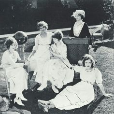 rumours79:From the left: Mildred Harris, Mary Pickford,  Lillian Gish,  Mary Gish (mother), and Dorothy Gish. Early 1920s.