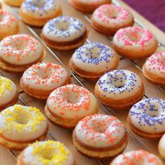 Mini Doughnuts - jesska - Mini donut maker recipe: Mini donuts with white choco. - Mini Doughnuts – jesska – Mini donut maker recipe: Mini donuts with white chocolate and sprink - Mini Donuts, Doughnuts, Baked Donuts, Biscuits, Cupcakes, Cupcake Cakes, Mini Donut Maker Recipes, Churros, Beaux Desserts