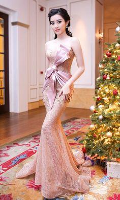 Nàng á hậu ngày càng gợi cảm trong phong cách Pretty Dresses, Sexy Dresses, Fashion Dresses, Dress Outfits, Evening Dresses Uk, Gala Dresses, Sexy Gown, Indian Beauty Saree, Party Gowns