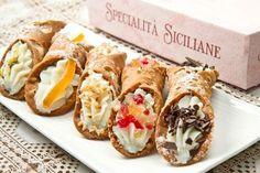 Italien ist bekannt für vorzüglichen Speisen und insbesondere für eine ganz besondere Süßspeisen-Spezialität aus Sizilien. Cannoli ist eine traditionelle und wohl auch eine der beliebtesten Gebäck-Variationen aus der Region. Es handelt sich um gefüllte Teigröhrchen mit zarter Ricotta-Creme. Die klassische Cannoli-Form lässt sich mit Hilfe von kleinen Edelstahl- oder Bambusröhrchen erzielen, die man vor dem