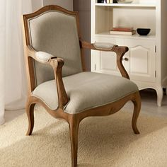 Esta coleccion esta inspirada en el mueble clasico frances Louis XV. En su proceso de acabado artesanal, y con la finalidad de asemejar el transcurso del tiempo, se utiliza la tecnica del distress consisten