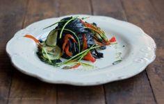Tagliatelle al carbone vegetale con verdure