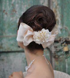 アップスタイルでまとめて大きなリボンのヘッドドレスが大人可愛いスタイル。ヘッドドレスをサイドに付けるとガーリーなイメージに!