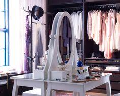 Zwei HEMNES Frisiertische mit Spiegel in Weiß stehen Rücken an Rücken mitten im Raum