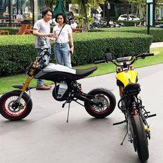La imagen puede contener: 2 personas, moto y exterior