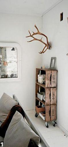 Kast op wielen gemaakt van houten kratten/veilingkisten. Wielen eronder, en klaar je unieke zelfgemaakte kast! #Wooden shelves / crates with casters. Scandinavisch wonen